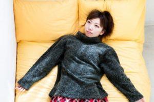 ソファで思いふける女性