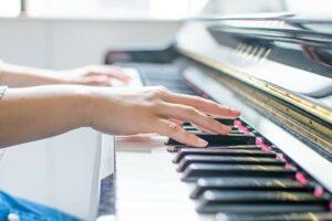 ピアノを弾いている女性