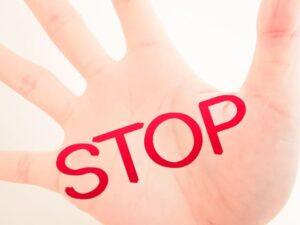 手のひらにSTOPの文字